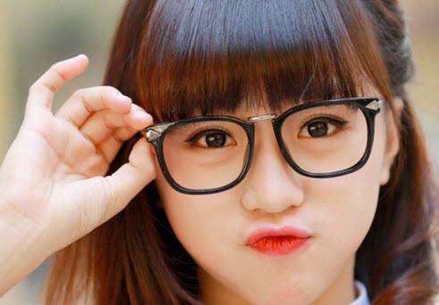 Hot girl đeo kính siêu kute